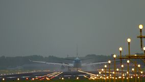 Aterrizaje de aeroplano en la pista 18R Polderbaan almacen de metraje de vídeo