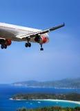 Aterrizaje de aeroplano en país tropical Foto de archivo