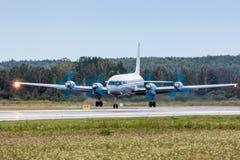 Aterrizaje de aeroplano en pista Fotografía de archivo