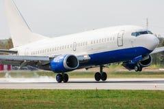 Aterrizaje de aeroplano en pista Fotos de archivo libres de regalías