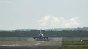 Aterrizaje de aeroplano de fuselaje ancho almacen de metraje de vídeo