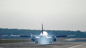 Aterrizaje de aeroplano de fuselaje ancho en la mañana metrajes