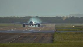 Aterrizaje de aeroplano de fuselaje ancho en la madrugada metrajes