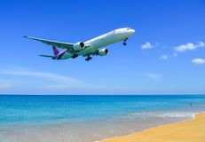 Aterrizaje de aeroplano sobre la playa de la arena fotos de archivo