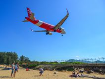 Aterrizaje de aeroplano sobre la playa de la arena fotografía de archivo libre de regalías