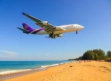 Aterrizaje de aeroplano sobre la playa de la arena imagenes de archivo