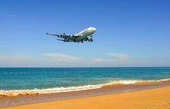 Aterrizaje de aeroplano sobre la playa de la arena fotografía de archivo