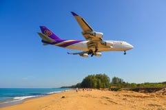 Aterrizaje de aeroplano sobre la playa de la arena foto de archivo