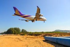 Aterrizaje de aeroplano sobre la playa de la arena imagen de archivo libre de regalías