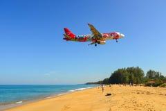 Aterrizaje de aeroplano sobre la playa de la arena imágenes de archivo libres de regalías