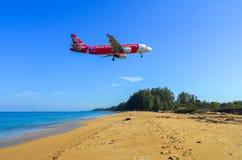 Aterrizaje de aeroplano sobre la playa de la arena fotos de archivo libres de regalías