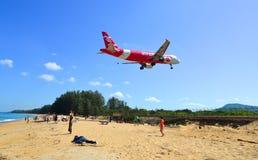 Aterrizaje de aeroplano sobre la playa de la arena imagen de archivo
