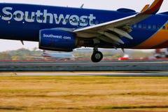 Aterrizaje de aeroplano de Southwest Airlines en pista fotografía de archivo