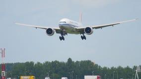 Aterrizaje de Air China Cargo Boeing 777 almacen de video