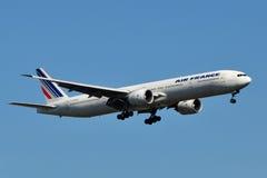 Aterrizaje de Air France Boeing 777 fotografía de archivo