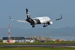 Aterrizaje de Air New Zealand Airbus A320 en el aeropuerto internacional de Auckland Imágenes de archivo libres de regalías