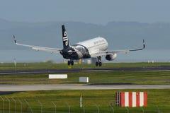 Aterrizaje de Air New Zealand Airbus A320 en el aeropuerto internacional de Auckland Foto de archivo libre de regalías