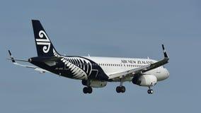 Aterrizaje de Air New Zealand Airbus A320 en el aeropuerto internacional de Auckland Fotos de archivo libres de regalías