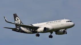 Aterrizaje de Air New Zealand Airbus A320 en el aeropuerto internacional de Auckland Fotos de archivo