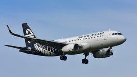 Aterrizaje de Air New Zealand Airbus A320 en el aeropuerto internacional de Auckland Imagen de archivo libre de regalías