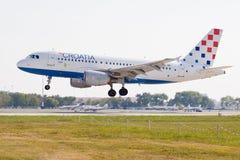 Aterrizaje de Airbus A319 de las líneas aéreas de Croatia fotos de archivo