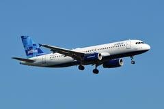 Aterrizaje de Airbus A320 de las vías aéreas de JetBlue foto de archivo libre de regalías