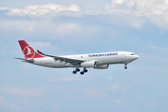 Aterrizaje de Airbus A330 del cargo de Turkish Airlines en Estambul Ataturk A Imágenes de archivo libres de regalías