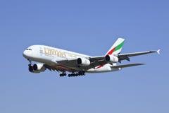 Aterrizaje de Airbus A380-861 A6-EDR de los emiratos en Pekín, China Imágenes de archivo libres de regalías