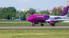 Aterrizaje de Airbus A320 en aeropuerto internacional Imagen de archivo libre de regalías