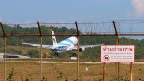 Aterrizaje de Airbus A320 en el aeropuerto de Phuket almacen de metraje de vídeo