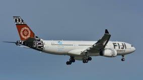 Aterrizaje de Airbus A330 de las vías aéreas de Fiji en el aeropuerto internacional de Auckland Foto de archivo