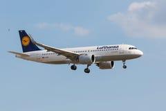 Aterrizaje de Airbus A320 Lufthansa Fotos de archivo libres de regalías
