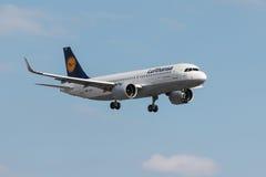 Aterrizaje de Airbus A320 Lufthansa Imágenes de archivo libres de regalías