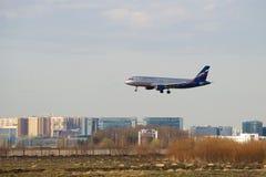 Aterrizaje de Airbus A320-214 VP-BWD Aeroflot en el aeropuerto de Pulkovo Imágenes de archivo libres de regalías