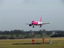 Aterrizaje de Airbus Wizzair Fotografía de archivo