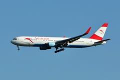 Aterrizaje de Austrian Airlines Boeing 767 imagen de archivo