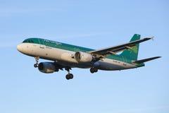 Aterrizaje de aviones Aer Lingus Imágenes de archivo libres de regalías