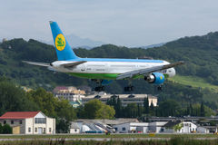 Aterrizaje de aviones Boeing-757 Imagenes de archivo