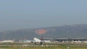 Aterrizaje de aviones comerciales en el aeropuerto de Barcelona almacen de video