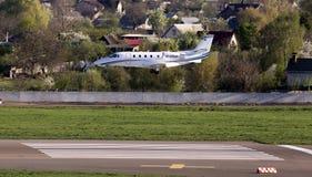 Aterrizaje de aviones de negocio de Excel de la citación de Cessna 560XLS en la pista Foto de archivo