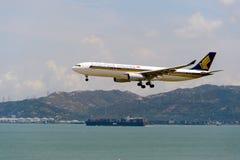 Aterrizaje de aviones de Singapur Airlanes Imagen de archivo libre de regalías