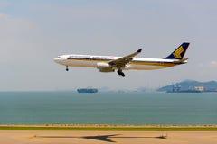 Aterrizaje de aviones de Singapur Airlanes Fotos de archivo libres de regalías
