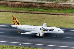 Aterrizaje de aviones de Tiger Airways en Phuket Fotos de archivo