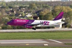 Aterrizaje de aviones de Wizz Air Airbus A320 en la pista Imágenes de archivo libres de regalías