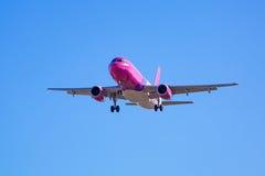 Aterrizaje de aviones del aire de Wizz en el aeropuerto Foto de archivo