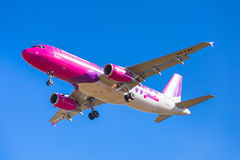 Aterrizaje de aviones del aire de Wizz en el aeropuerto Imágenes de archivo libres de regalías