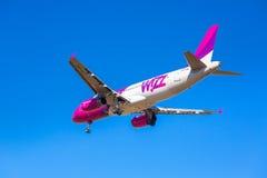 Aterrizaje de aviones del aire de Wizz en el aeropuerto Fotografía de archivo