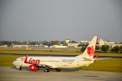 Aterrizaje de aviones en el aeropuerto internacional de Don Mueang Fotografía de archivo libre de regalías
