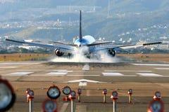 Aterrizaje de aviones en Osaka Imagenes de archivo