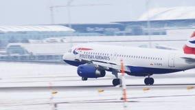 Aterrizaje de aviones de jet de British Airways en el aeropuerto de Munich, invierno almacen de metraje de vídeo